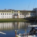 Implantation du bâtiment en friche près du port