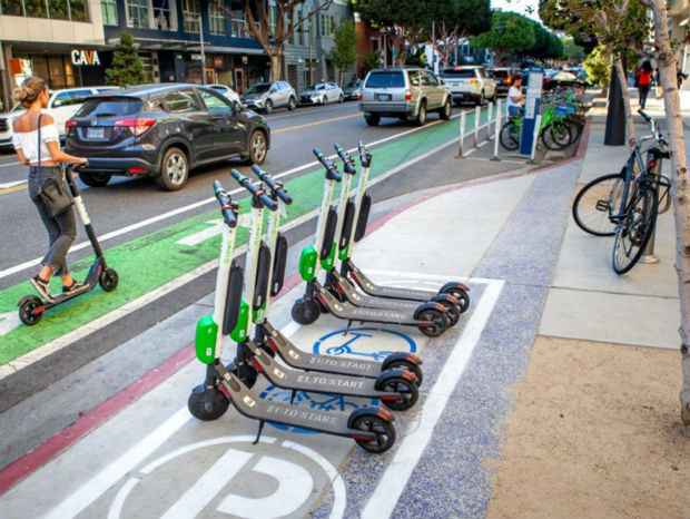 Place de stationnement et voies dédiées aux micromobilités
