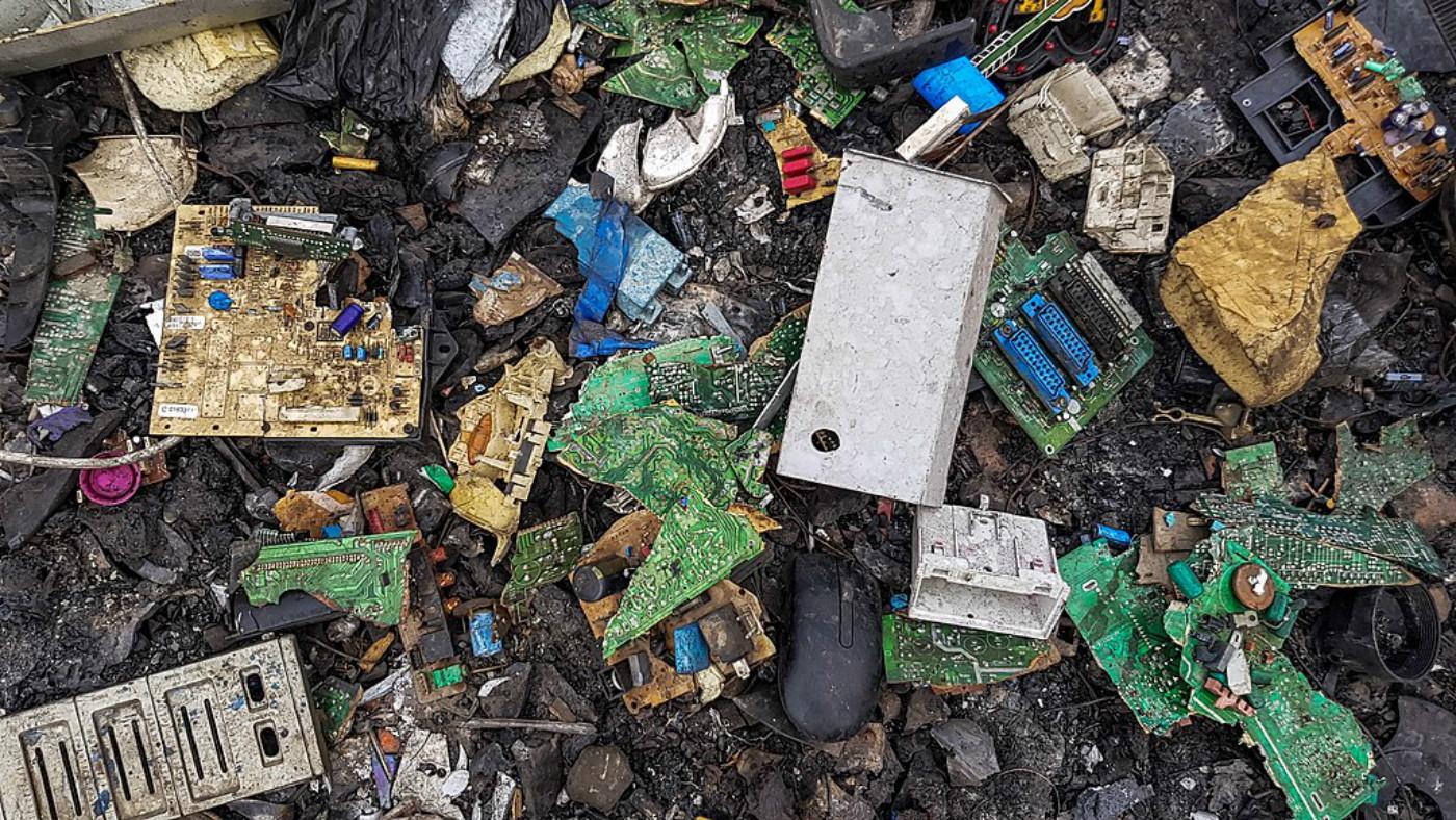 Déchets électroniques sur le sol à Agbogbloshie au Ghana