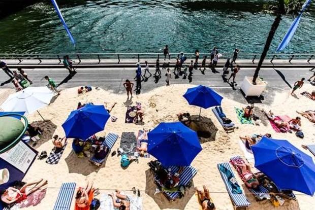 Le sable et les parasols de Paris Plage - Sharat Ganapati/Flickr